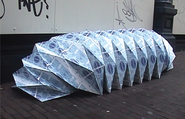Folding shelter for Outdoor, made from misprinted milk packaging  JPEG - 121.8 ko